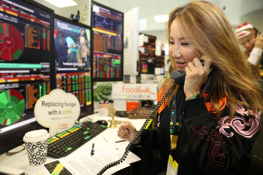 Coco Lee speaking with traders at Bloomberg in Hong Kong.
