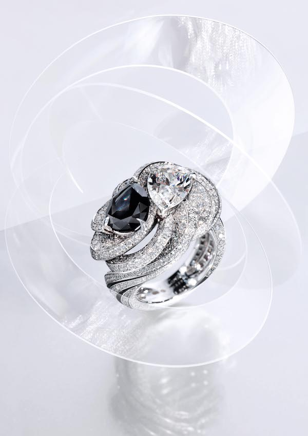 Clair Obscur ring in platinum, with one 2.73-carat Fancy Black pear-shaped diamond and one 2.05-carat pear-shaped diamond, black laquer, brilliant-cut diamonds