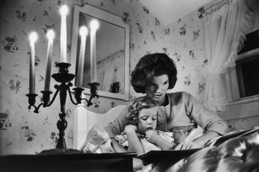Jackie Kennedy reading to her daughter Caroline in 1960 (photo credit: Alfred Eisenstaedt, Getty Images)