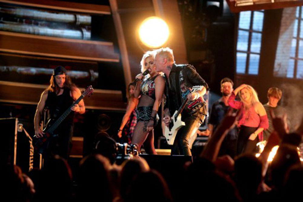 Lady Gaga performs with Metallica (photo c/o AFP)