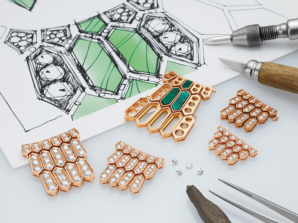 Hexagonal motif of the Bulgari Serpenti Inspirations bracelet
