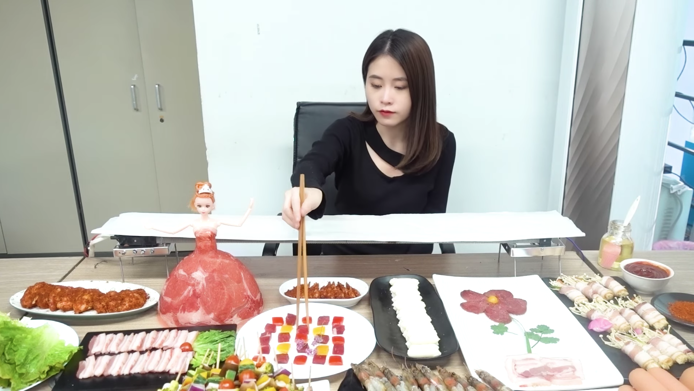 Ms. Yeah uses an air conditioner as a makeshift barbecue (credit: YouTube)