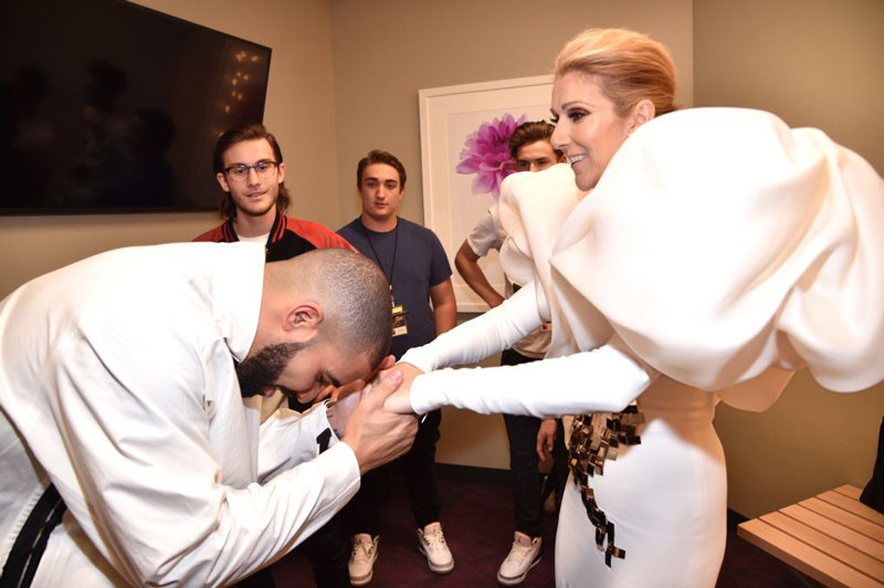 Drake bows to the true Queen (photo c/o @Rap_up | Twitter)