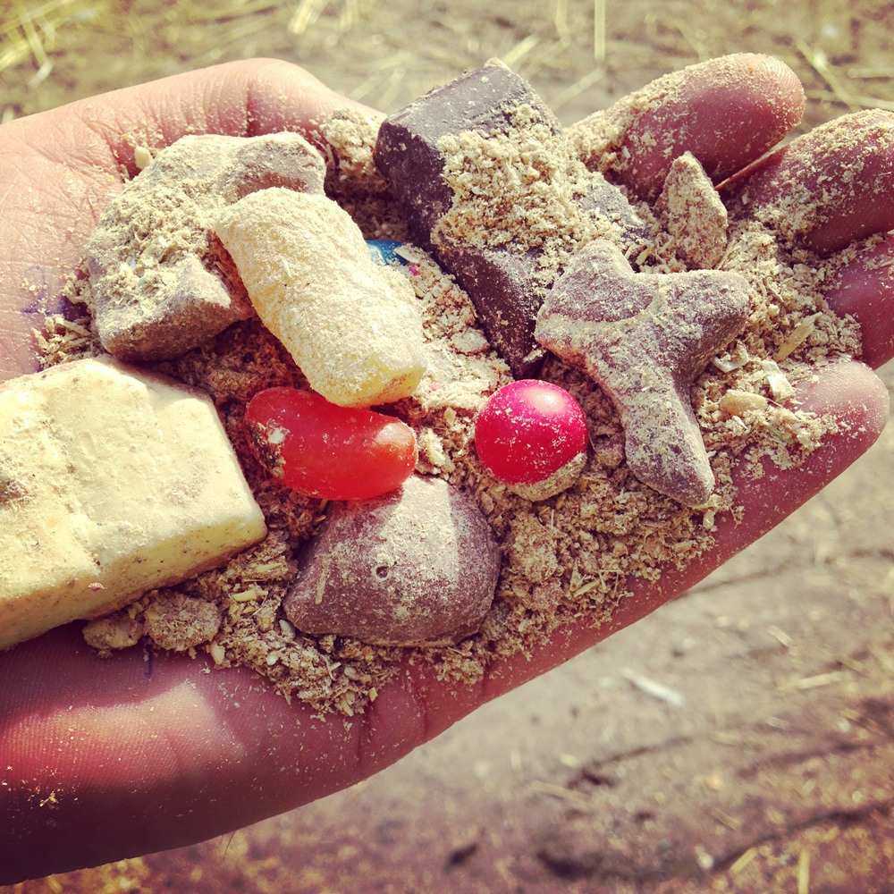 De Bruin's special blend of chocolate, corn flour, cracked corn, cracked wheat and gummy worms