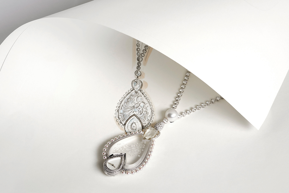 Médaillon secret pendant watch in 18k white gold