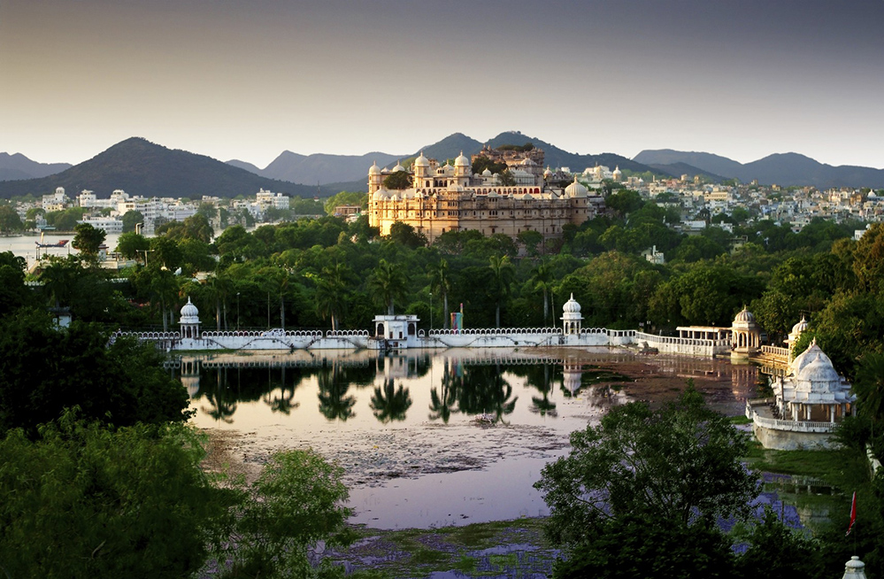 Reflections of the sun's rays on Lake Pichola, in the Indian city of Udaipur (Credit: Skouatroulio / Istock.com)