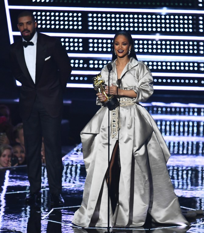 Rihanna received the Vanguard award from Drake (Photo by Jewel Samad / AFP)