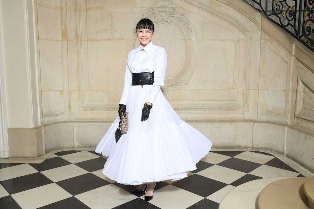 Airi Matsui in Dior Cruise 2019 white cotton shirt, a white cotton poplin skirt, a Dior black leather belt and J'adior shoes.